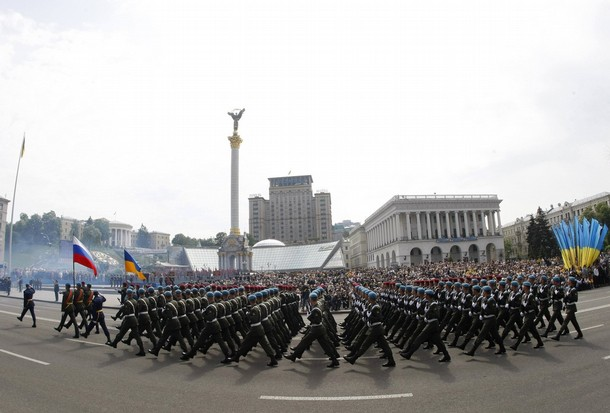 Russian and Ukrainian military personnel march in the centre of Kiev during military parade